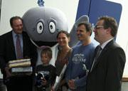 Dr. Harald Benke, Walfred, Gideon und Nicole Burkhardt, Andreas Steffler und Janek Wiederänders im Foyer des Ozeaneums (von links nach rechts), Foto: Ozeaneum