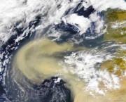 Sandsturm über dem Ostatlantik. Im Staub enthaltenes Eisen ist ein natürlicher Dünger, der zur Planktonvermehrung und verstärkten Aufnahme von CO2 führt, Foto: NASA