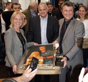 """Ella Stoß, Joseph B. Stella und Robert Stoß (von links) mit dem """"Abschiedskuchen"""", Foto: O. Klodt"""