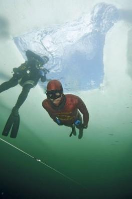 Nik Linder unter dem Eis, Foto © Gerald Nowak