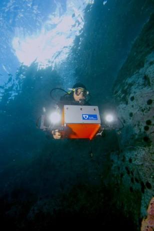 Taucher mit Unterwasserroboter