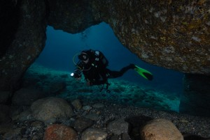 Einstieg in eine Grotte, Foto: © Euro-Divers