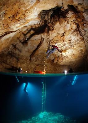 Archäologische Forschungsarbeiten in einer Cenote, Foto: © Uli Kunz - www.uli-kunz.com