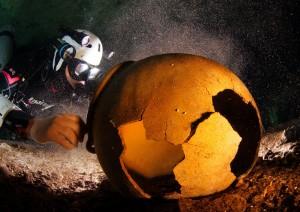 Ein Opfergefäß der Maya am Grund einer wassergefüllten Höhle, Foto: © Uli Kunz - www.uli-kunz.com