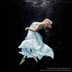 Model Katrin Felton unter Wasser