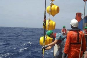 """Arbeiten am """"Cape Verde Ocean Observatory"""" vom Forschungsschiff """"METEOR"""" aus."""