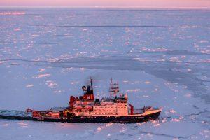 """Die """"Polarstern"""" bei einer Fahrt durch antarktisches Meereis"""