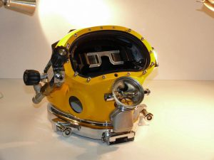 Taucherhelm mit integriertem Divers Augmented Vision Display (DAVD)