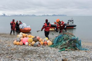 Greenpeace-Aktivisten mit dem gesammelten Müll