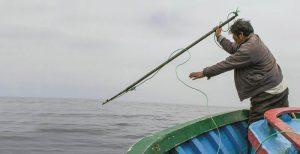 Peruanischer Fischer mit Handharpune
