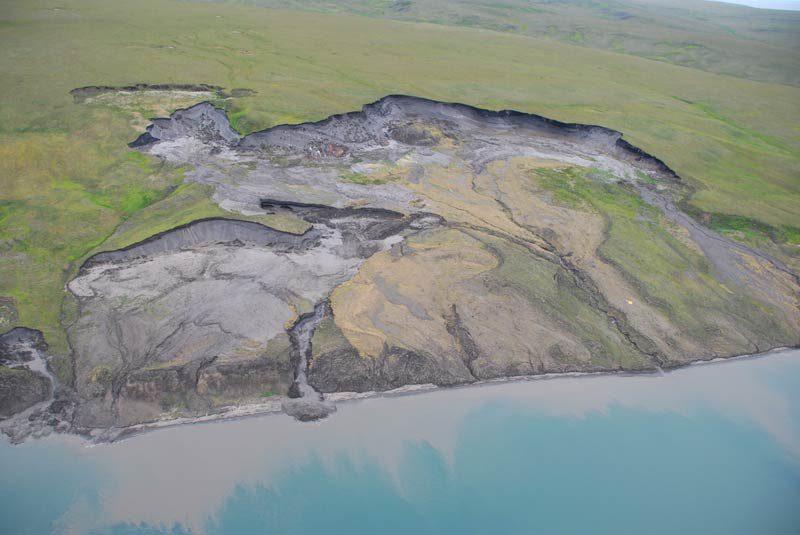 Erodierende Steilküste der arktischen Permafrost-Insel Herschel Island