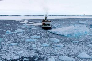 """Forschungsschiff """"Polarstern"""" am Pine Island Gletscher"""