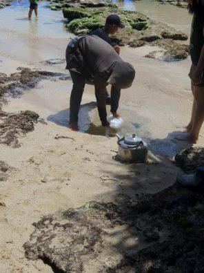 Indonesier schöpfen Trinkwasser