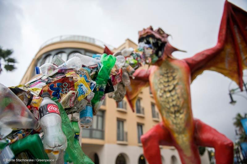 Drache speit Plastikmüll