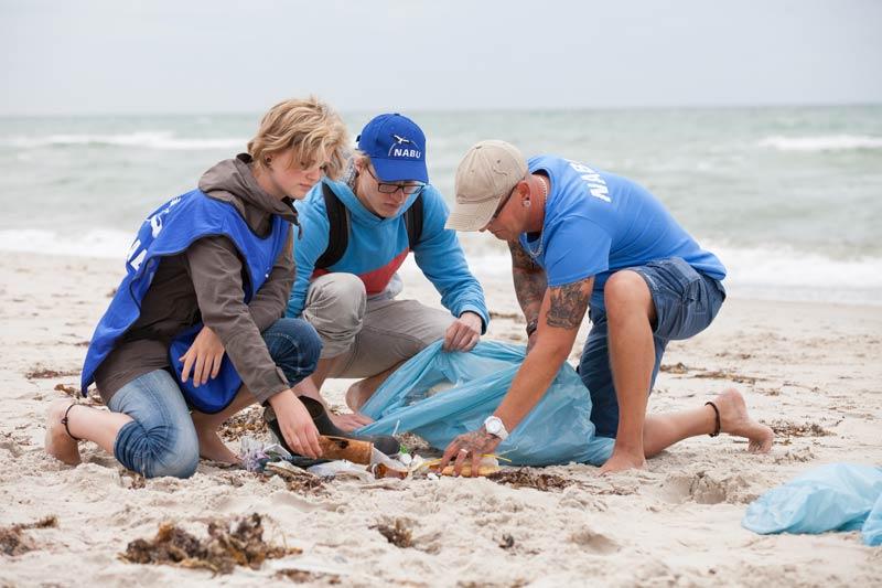 Müll sammeln am Strand